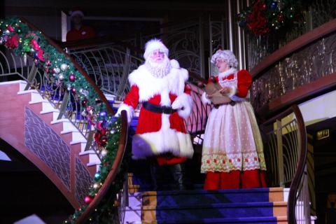 Papai Noel e Mamãe Noel chegando na festa