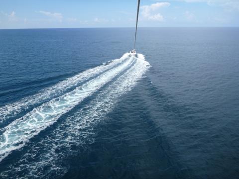 Subindo no parasailing em Castaway Cay