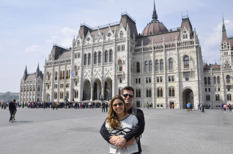 Nós em frente ao Parlamento Húngaro