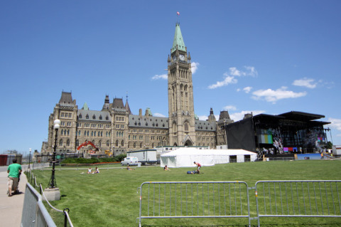 O gramado do Parlamento estava sendo preparado para a festa de Canada Day