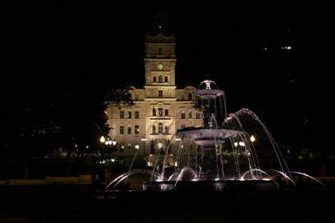 O Parlamento e a fonte, lindos de dia e de noite