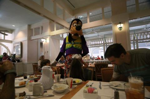 Pateta chegando na nossa mesa no Cape May Cafe