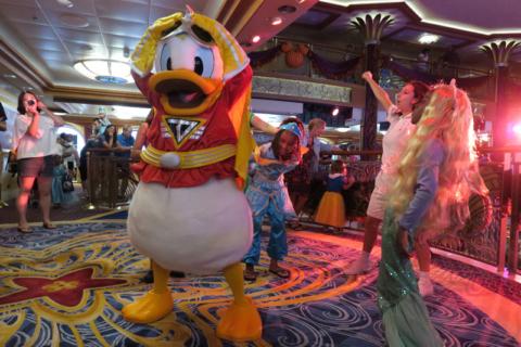 Pato Donald dançando com a criançada na festa