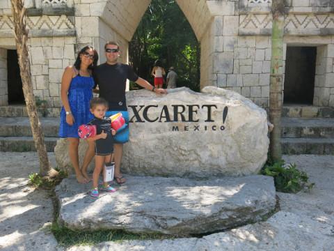 A família GPS na entrada do Xcaret