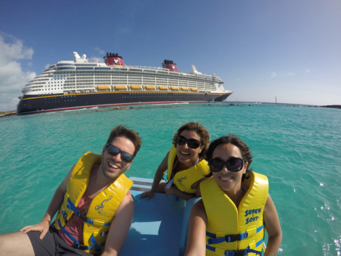 No pedalinho em Castaway Cay com o Disney Fantasy ao fundo