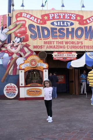 Julia em frente ao Pete's Silly Sideshow