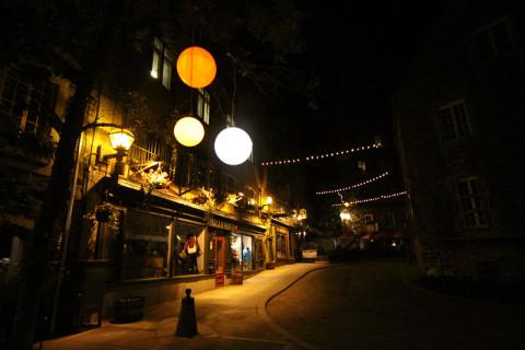 Iluminação super charmosa no Petit Champlain