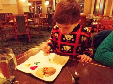 Meu filho pintando a sobremesa no Artist Point. Foto: Regina