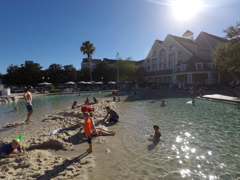 Piscina com fundo de areia no Yacht Club Resort