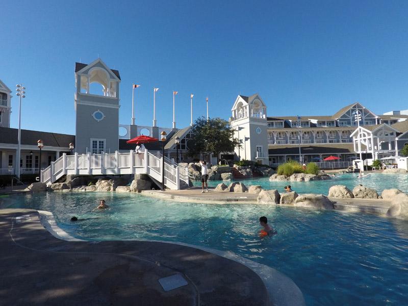 Essa piscina no Yacht Club tem umas cachoeirinhas