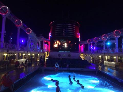 Piscina do Disney Dream iluminada a noite, até a volta!