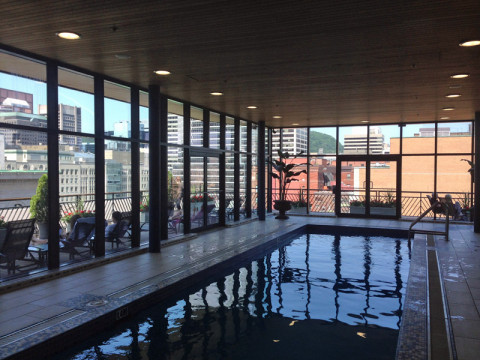 Piscina do hotel Le Square Phillips em Montréal