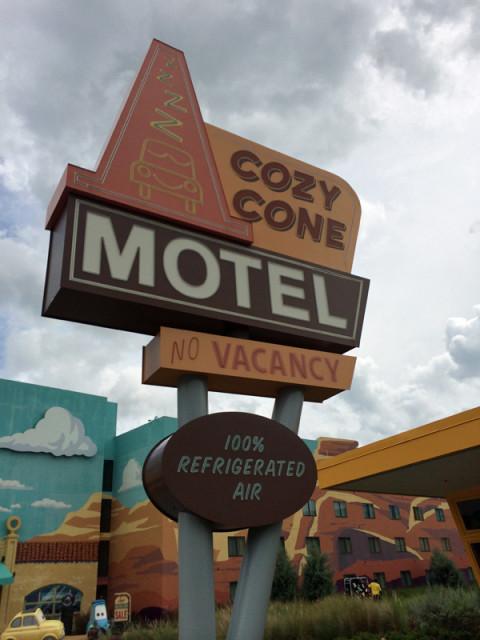Tem até a placa do Cozy Cone Motel. Foto: Gabe Misura