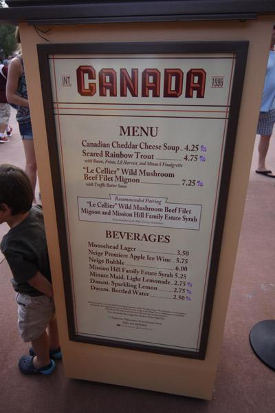 Placa com o menu e preços na barraca do Canadá