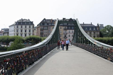 A ponte estava cheia dos cadeados que viraram moda na Europa