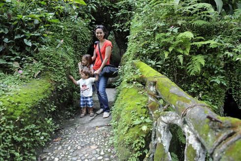 Eu, Eric e Julia na pontezinha da Gruta do Parque Lage