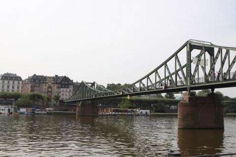 A ponte Eiserner no rio Main