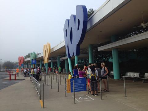 Pontos de ônibus da Disney na frente do Pop Century Resort