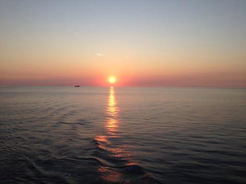 Pôr-do-sol em um mar tranquilo em algum lugar no Caribe