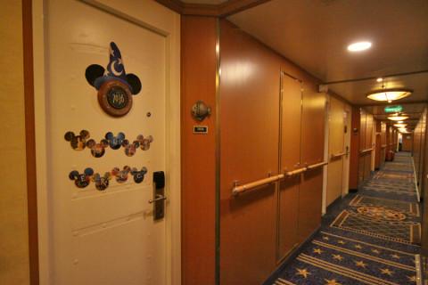 A porta da nossa cabine no Disney Magic