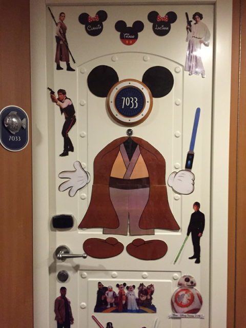 Porta da nossa cabine interna decorada pro Star Wars day at sea