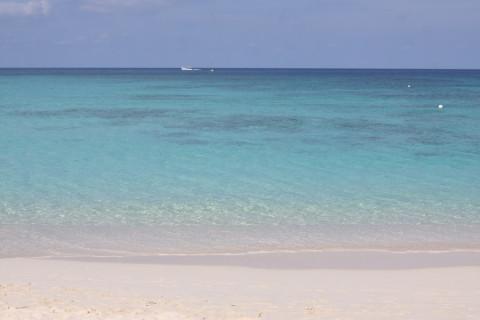 Praia na frente do Caribbean Club: vazia