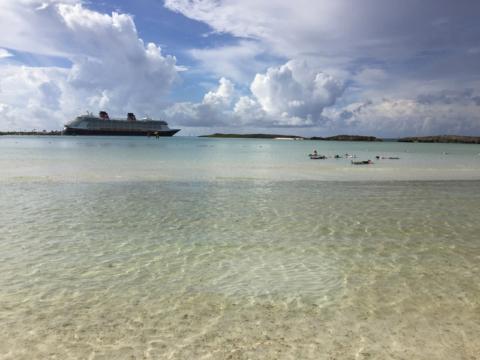 Praia exclusiva das Cabanas em Castaway Cay com o navio lá atrás