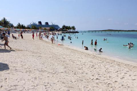 Praia da família com o Disney Magic ao fundo