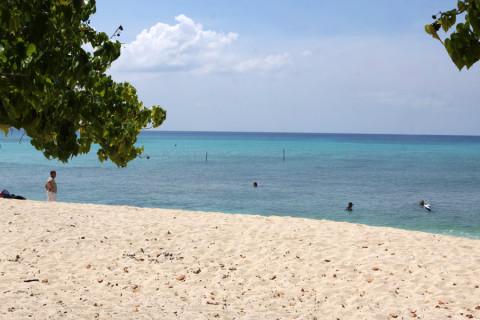 Praia de West Bay: vazia e pública