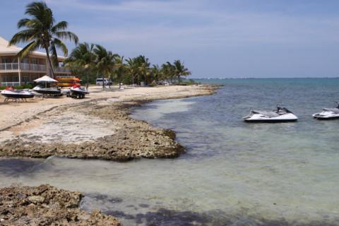 A praia do Holiday Inn não tem areia