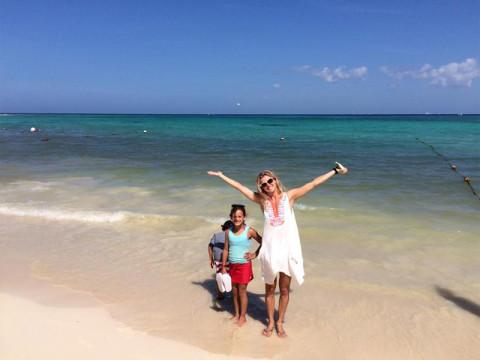 Juliana e família na praia do Paradisus La Esmeralda