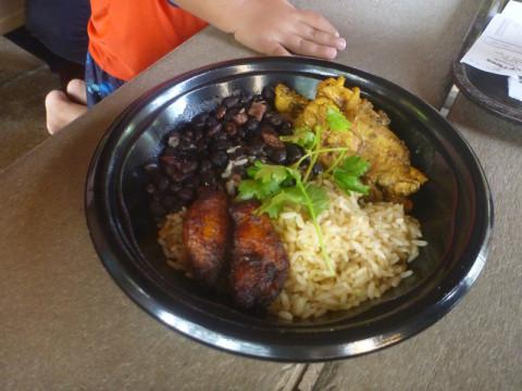 O prato de feijão com arroz e frango, bem grandinho
