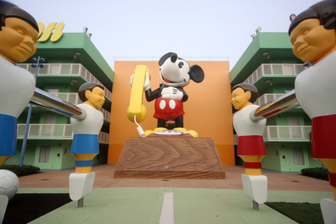 O telefone de Mickey gigante no prédio 6 do Pop Century