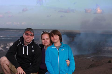 Priscila e família na Big Island com o vulcão ao fundo