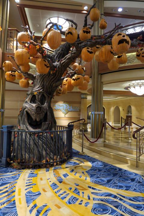 A Pumpkin Tree do Disney Dream, os 4 navios da Disney tem a mesma árvore nessa época do ano