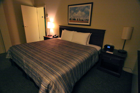 O quarto principal da Family Suite com uma cama king size