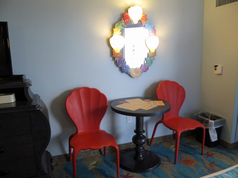 Mesinha, cadeiras e espelho no quarto da Pequena Sereia no Art of Animation. Foto: Luciana Misura