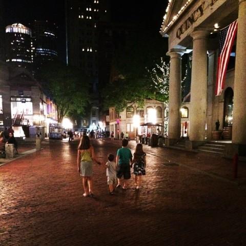 As crianças passeando em Boston, na frente do Quincy Market