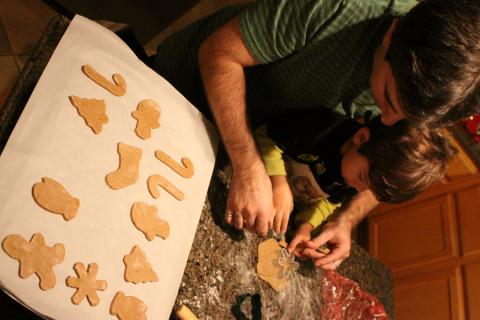 Gabe e Eric em ação fazendo a receita de gingerbread cookies