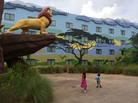 Julia e Eric passeando pela Ala do Rei Leão. Foto: Gabe Misura