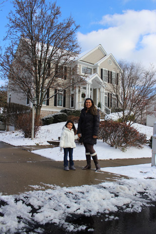 Renata e a filha em casa perto de Pittsburgh