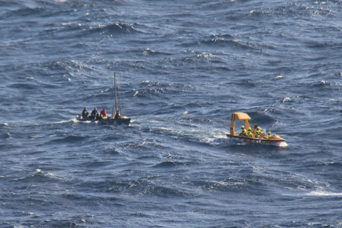 O resgate acontecendo: o mar estava razoavelmente tranquilo pro navio, até a gente ver as ondas quase virando os barquinhos