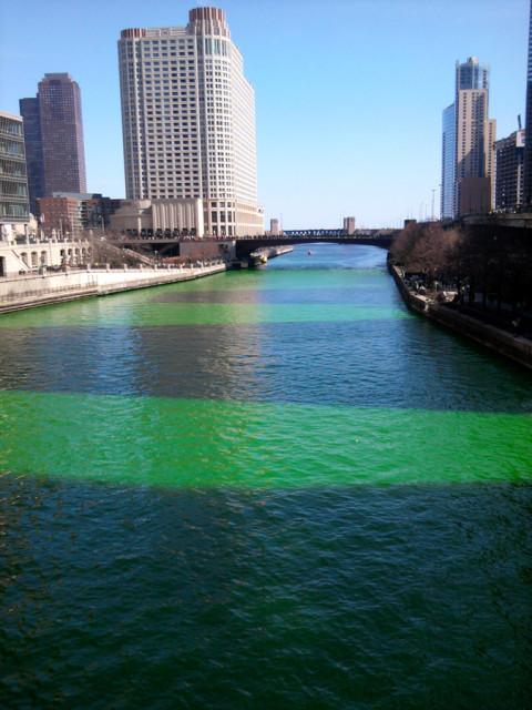 Rio Chicago pintado de verde (e as sombras dos prédios na água)
