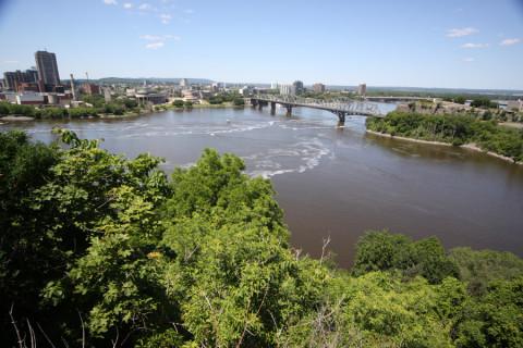 Nos fundos, bela vista do rio Ottawa e Gatineau, do outro lado