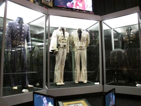 Roupas de Elvis em exposição na quadra