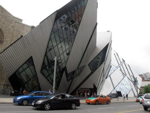 Fachada super moderna do Royal Ontario Museum em Toronto