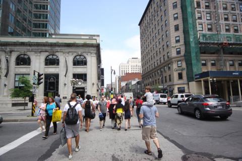 Todo mundo na rua em um dia de junho em Montréal