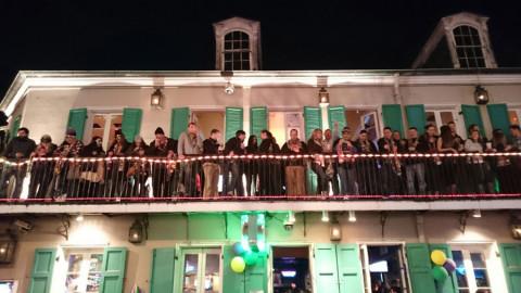 Sábado a noite na Bourbon Street no French Quarter