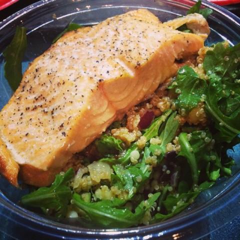Salada de Quinoa com Salmão do ABC Commissary, muito boa