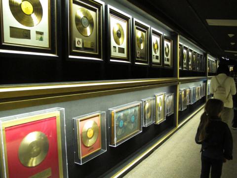 Um corredor com centenas de discos de ouro que Elvis ganhou na sua carreira